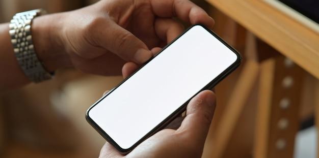 Nahaufnahme eines mannes mit smartphones im büro