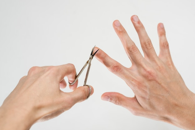 Nahaufnahme eines mannes seine nägel schneiden