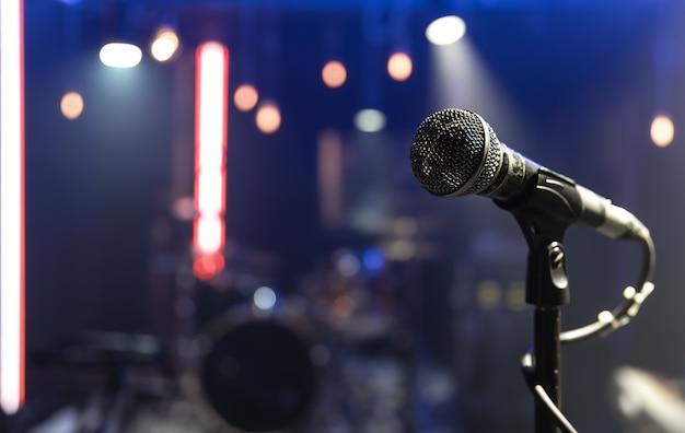 Nahaufnahme eines mikrofons auf einer konzertbühne mit schöner beleuchtung.