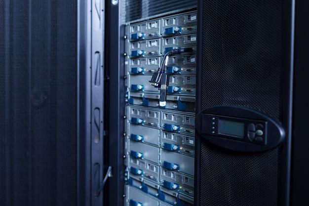 Nahaufnahme eines modernen netzwerkservers, der im rechenzentrum steht und zur verwendung bereit ist