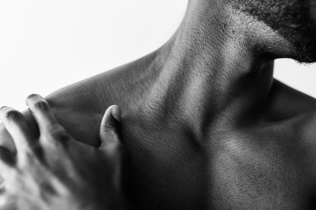 Nahaufnahme eines oben ohne muskulösen mannes