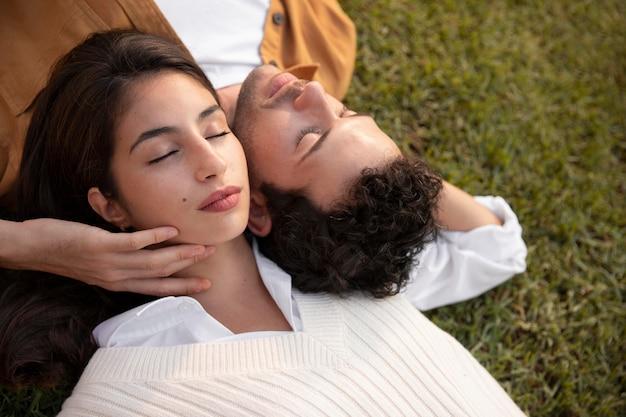Nahaufnahme eines paares, das auf gras schläft