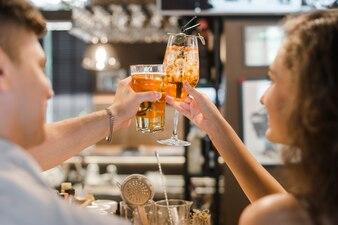 Nahaufnahme eines Paares, das Getränke röstet