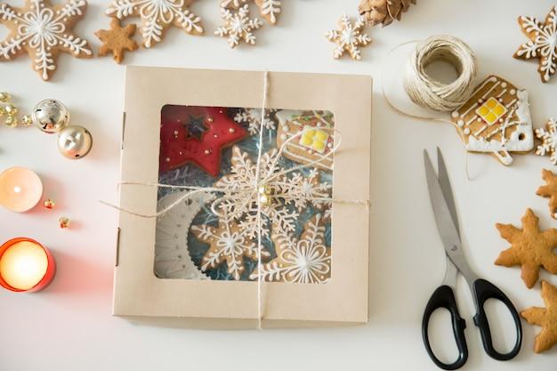 Nahaufnahme eines pakets für weihnachten mit cookies erstellt