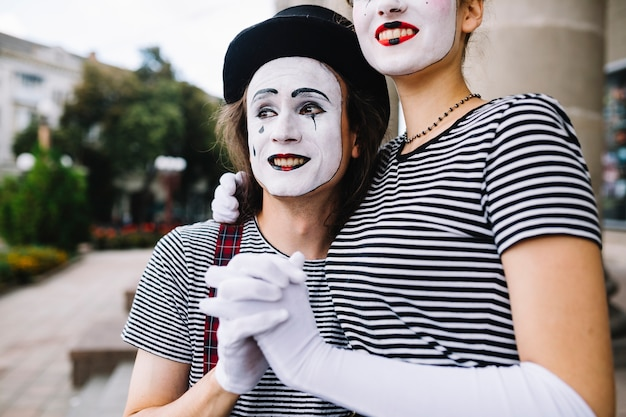Nahaufnahme eines pantomimepaarhändchenhaltens