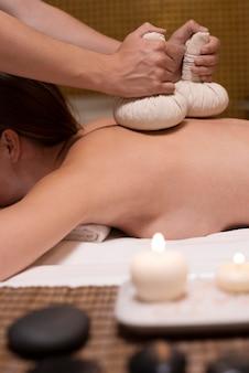 Nahaufnahme eines patienten, der eine massage bekommt