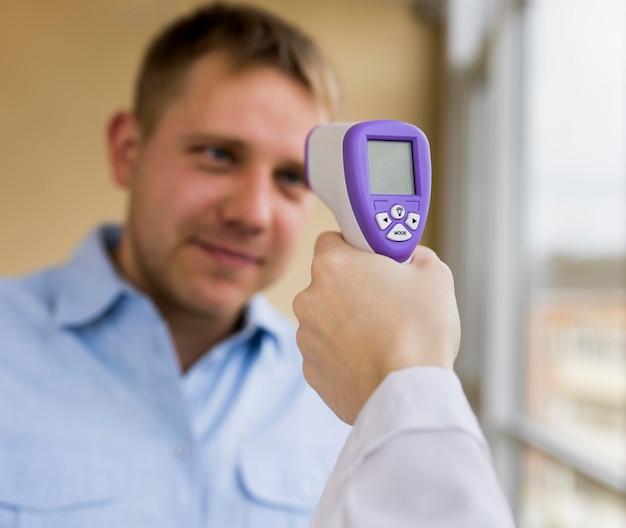 Nahaufnahme eines patienten, dessen temperatur überprüft wird