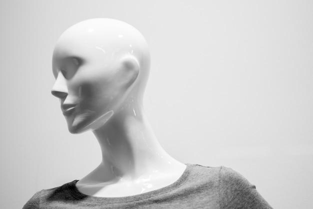 Nahaufnahme eines plastikmannequinkopfes. schwarz und weiß