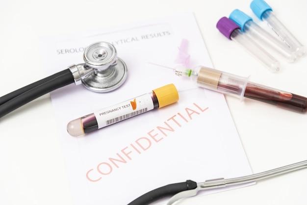 Nahaufnahme eines positiven schwangerschaftstests mit blutprobe