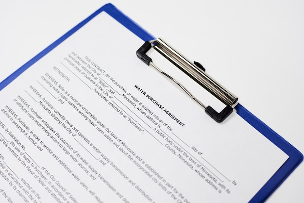 Nahaufnahme eines rechtsverbindlichen dokuments auf einer weißen oberfläche