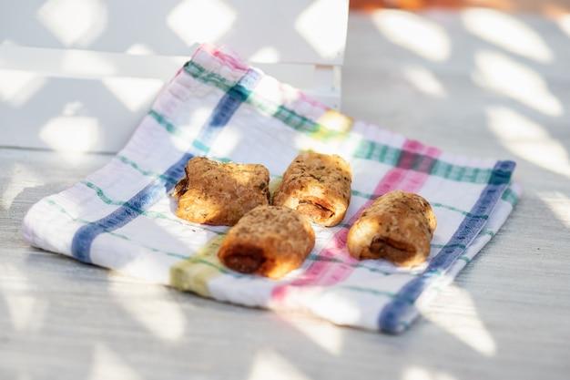 Nahaufnahme eines salzigen oder neapolitanischen brötchens. frühstück oder snack, obwohl reichhaltiger aperitif.