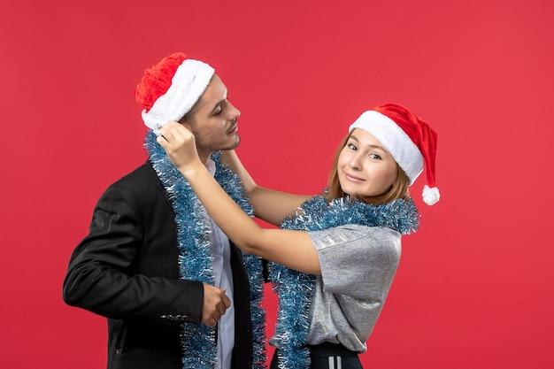 Nahaufnahme eines schönen jungen paares, das isoliert weihnachtsmützen trägt
