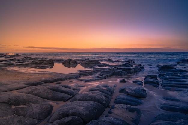 Nahaufnahme eines schönen sonnenuntergangs über der seeküste queensland, australien