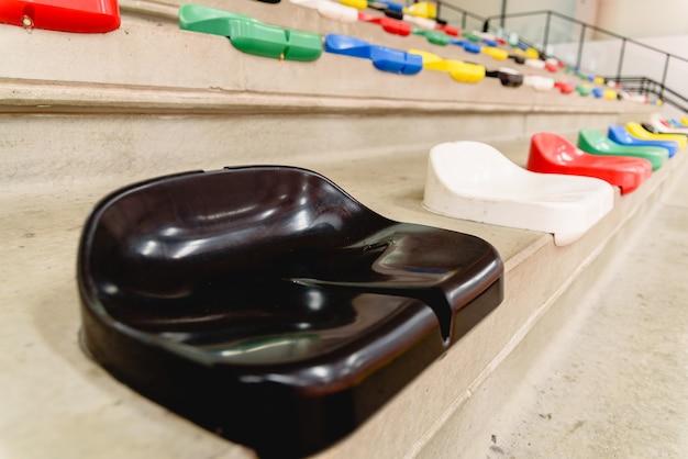 Nahaufnahme eines schwarzen plastiksitzes in den ständen eines sportzentrums