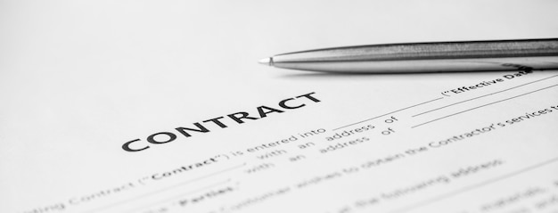 Nahaufnahme eines silbernen stiftes auf dokumentvertrag. gesetzliche vertragsunterzeichnung, kauf, verkauf, immobilienvertragsunterzeichnung auf dokumentenpapier mit schwarzem stift