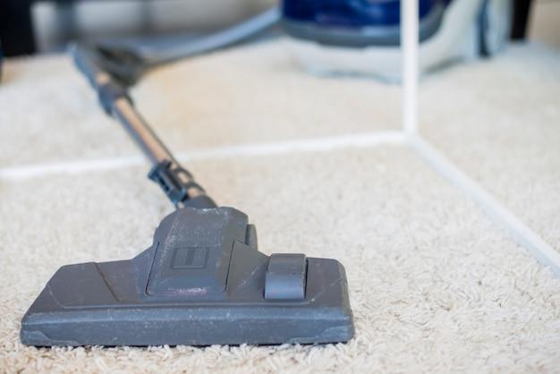 Nahaufnahme eines staubsaugers auf teppich