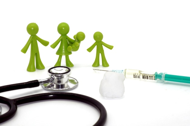 Nahaufnahme eines stethoskops, eines injektors und familiensymbole