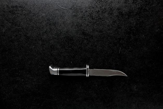 Nahaufnahme eines taschenmessers mit einem schwarzen griff