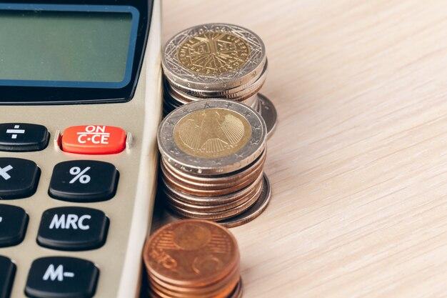 Nahaufnahme eines taschenrechners und münzen auf ein geschäft