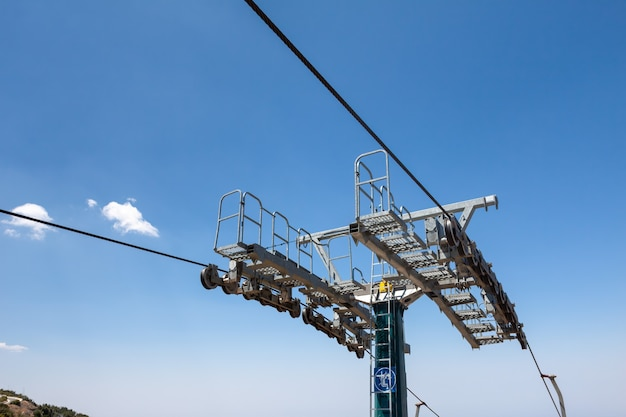 Nahaufnahme eines teils der maschinen des skilifts am berg olympos in zypern