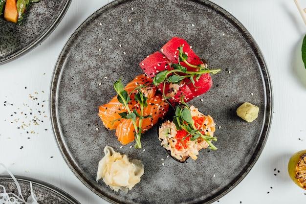 Nahaufnahme eines tellers sushi mit frischem gemüse auf dem weißen tisch