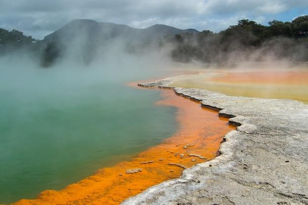 Nahaufnahme eines thermalsees am wai-o-tapu, rotorua, neuseeland?