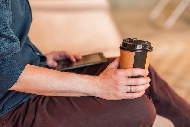 Nahaufnahme eines trinkenden kaffees des mannes im büro