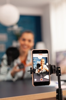 Nahaufnahme eines video-bloggers, der werbegeschenke für abonnenten aufzeichnet. creative content creator social media star spricht online über professionelle maus zu hause studio-podcast