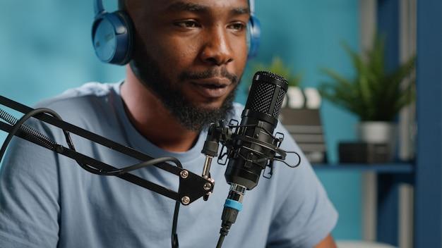 Nahaufnahme eines vloggers mit mikrofon für konversation