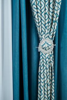 Nahaufnahme eines vorhangs. teil des vorhangs am fenster. tüll für fenster