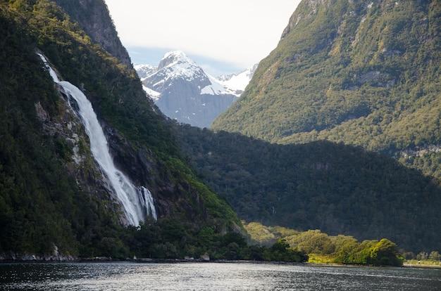 Nahaufnahme eines wasserfalls im milford sound, neuseeland