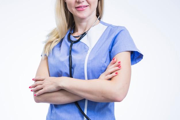 Nahaufnahme eines weiblichen zahnarztes mit den gekreuzten armen