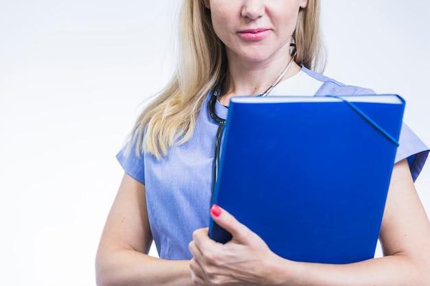 Nahaufnahme eines weiblichen zahnarztes mit ordner