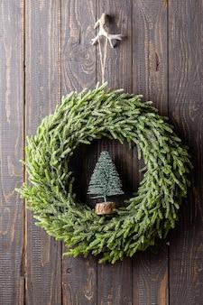 Nahaufnahme eines weihnachtskranzes mit dekor.