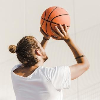 Nahaufnahme eines werfenden basketballs des mannes