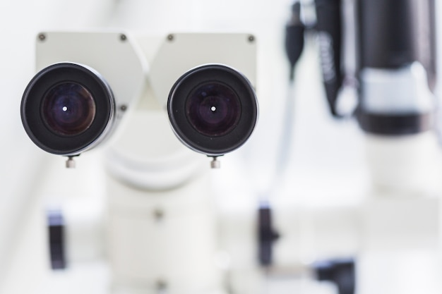 Nahaufnahme eines zahnmedizinischen mikroskops