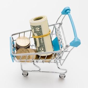 Nahaufnahme einkaufswagen mit geld gefüllt