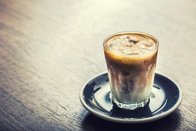 Nahaufnahme eiskaffee auf barcounter im café.
