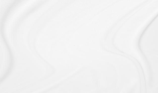 Nahaufnahme elegant zerknittert vom weißen seidengewebestoffhintergrund und von der beschaffenheit.