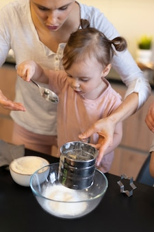 Nahaufnahme eltern und kind kochen