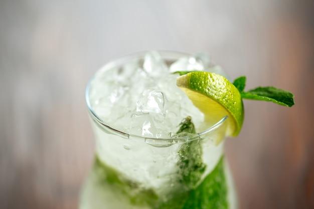 Nahaufnahme erfrischende mojito-cocktail-eis-limetten-minze