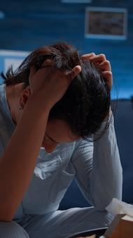 Nahaufnahme erschöpft frustrierte depressive junge frau, die tempel massiert