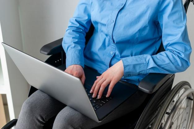 Nahaufnahme erwachsene frau, die einen laptop hält