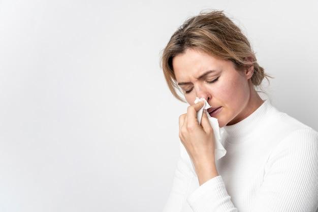 Nahaufnahme erwachsene frau mit krankheitssymptom