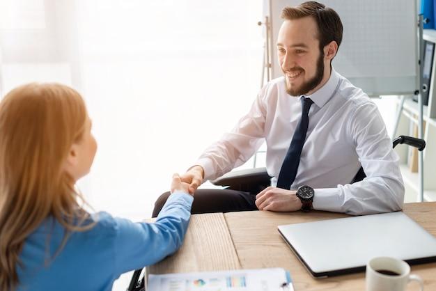 Nahaufnahme erwachsener mann und frau händeschütteln im büro