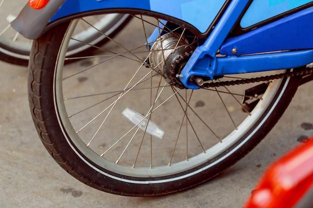 Nahaufnahme-fahrradkette, die zurück reifen, hinterrad dreht