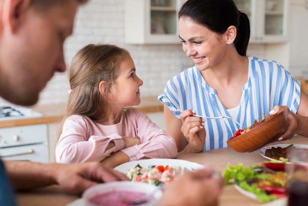 Nahaufnahme familie, die zusammen isst