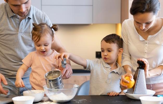 Nahaufnahme familienkochen zusammen Premium Fotos