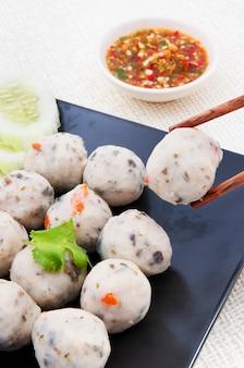 Nahaufnahme fisch fleischbällchen mit sauce chinesische küche