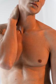 Nahaufnahme fit mann posiert